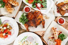烤许多食物 服务在一张土气桌上的一个木板 烧烤店菜单,一系列的照片  免版税库存图片