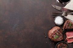 烤里脊肉牛排和杯红葡萄酒 免版税库存照片