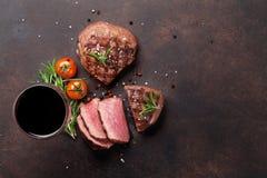 烤里脊肉牛排和杯红葡萄酒 库存图片