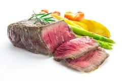 烤里脊肉牛排服务用蕃茄和烘烤菜 免版税图库摄影