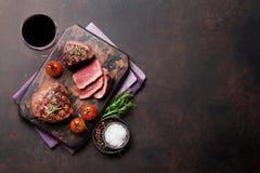 烤里脊肉牛排用酒 免版税库存图片