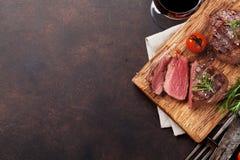 烤里脊肉牛排用酒 免版税库存照片