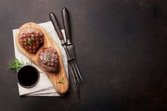烤里脊肉牛排用酒 库存照片