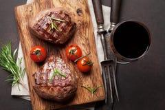 烤里脊肉牛排用酒 库存图片