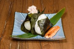 烤金枪鱼和三文鱼Onigiri,包裹在海草 库存照片