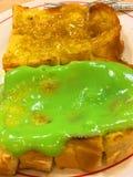 烤面包用在板材的蒸的乳蛋糕 免版税库存照片