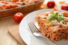烤面团用乳酪、火腿和西红柿酱 免版税图库摄影