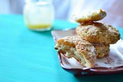 烤饼和柠檬酱 库存照片