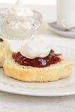 烤饼特写镜头与奶油和果酱的 免版税库存照片