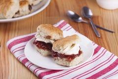 烤饼用草莓酱和打好的奶油 免版税图库摄影