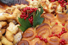 烤饼用香料和新月形面包 免版税库存图片