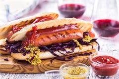 烤香肠三明治用甜凉拌卷心菜和气味强烈的芥末 库存照片