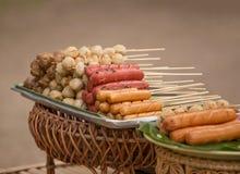 烤香肠和肉丸在泰国样式 免版税库存照片