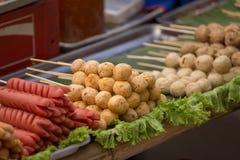 烤香肠和肉丸在泰国样式 图库摄影