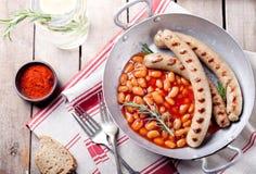 烤香肠用在西红柿酱的豆 库存照片