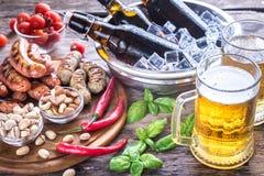 烤香肠用开胃菜和杯子啤酒 库存照片