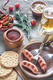 烤香肠用开胃菜和杯子啤酒 免版税库存图片