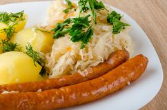 烤香肠用蒸的圆白菜 库存照片