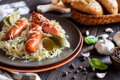 烤香肠用蒸的圆白菜 免版税库存图片