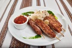 烤香肠用西红柿酱和葱 免版税图库摄影