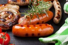 烤香肠用迷迭香和蕃茄 库存图片