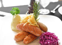 烤香肠用紫色圆白菜 库存图片