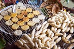 烤香蕉在浮动市场上在芭达亚泰国 烤米是泰国东部的一个民间点心 免版税库存图片