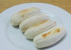 烤香蕉行在盘的 免版税库存照片