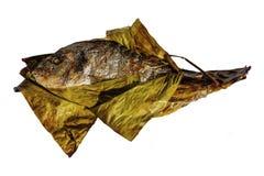烤鱼在香蕉叶子包裹的镀金面领袖鲂隔绝在白色背景 Sparus aurata 库存照片