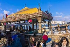 烤鱼在Bosphorus服务在伊斯坦布尔 免版税库存图片