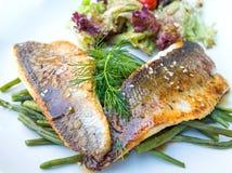 烤鱼海鲜和菜 库存图片