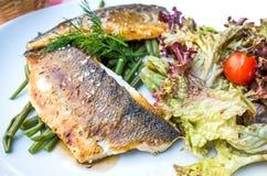 烤鱼海鲜和菜 免版税库存照片
