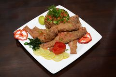 烤鱼,用在白色板材的开胃菜 免版税库存照片