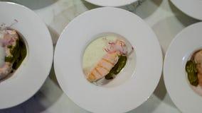 烤鲑鱼排板材与菜的在木桌上 股票视频