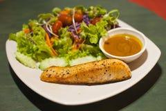 烤鲑鱼排用沙拉 免版税库存图片
