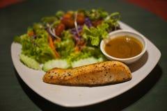 烤鲑鱼排用沙拉 免版税图库摄影