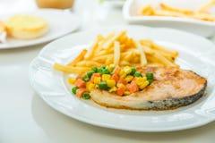 烤鲑鱼排膳食供应用沙拉 免版税库存图片