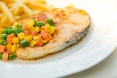 烤鲑鱼排膳食供应用沙拉 免版税库存照片