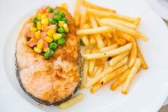烤鲑鱼排膳食供应用沙拉 图库摄影