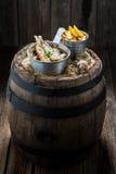 烤鲱鱼钓鱼与盐和草本在老桶 免版税库存图片