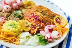 烤鳟鱼、米和菜,特写镜头 免版税图库摄影