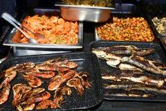烤鳟鱼、虾和海鲜 免版税库存照片