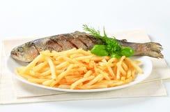 烤鳟鱼用炸薯条 免版税图库摄影