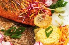烤鳟鱼用菜和番红花米,特写镜头 免版税库存照片