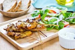 烤鸡串用沙拉 库存照片