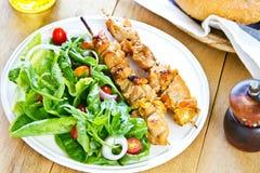 烤鸡串用沙拉 免版税库存照片
