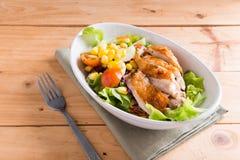 烤鸡内圆角用五颜六色的沙拉 库存图片