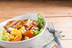 烤鸡内圆角用五颜六色的沙拉 库存照片