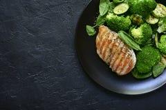 烤鸡内圆角用绿色菜沙拉 与拷贝空间的顶视图 库存照片