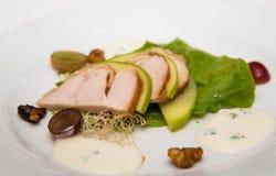 烤鸡和切的绿色苹果开胃菜  库存照片